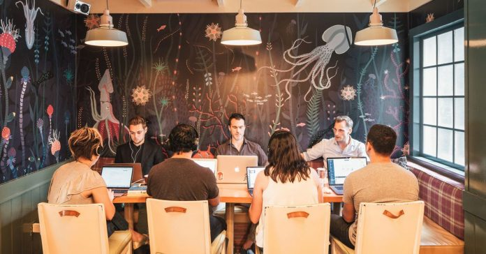 Work is fun, and restaurants are coworking spaces: the craze, explained