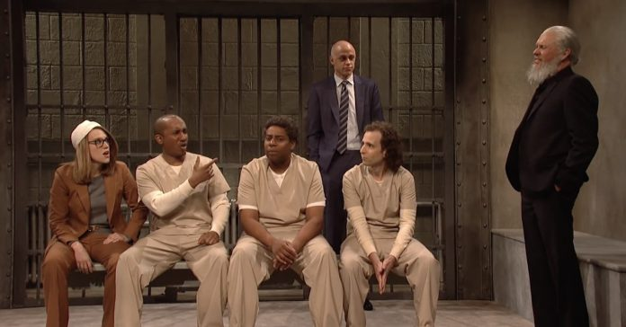 "SNL cold open pits Lori Loughlin, Michael Avenatti, and Julian Assange in a battle over ""crazy"" crimes"