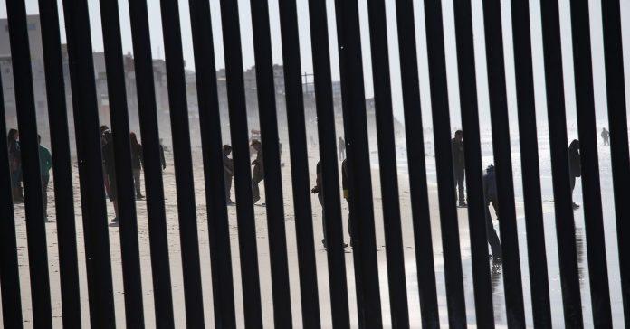 New Mexico militia detains migrants at gunpoint in social media video