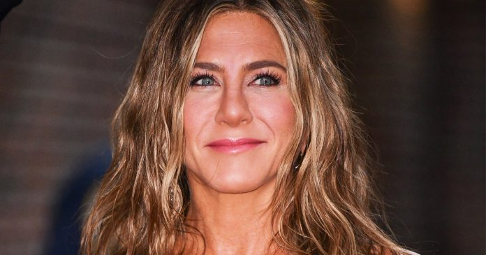 Jennifer Aniston's Stylist Drops Her Wavy Hair Routine — &  Major  Drunk Elephant News