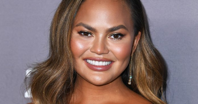 Here's What Happens When Chrissy Teigen Accidentally Twins With Melania Trump