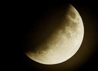 The Full Wolf Moon Eclipse In Cancer Means It's Time To Turn Inward