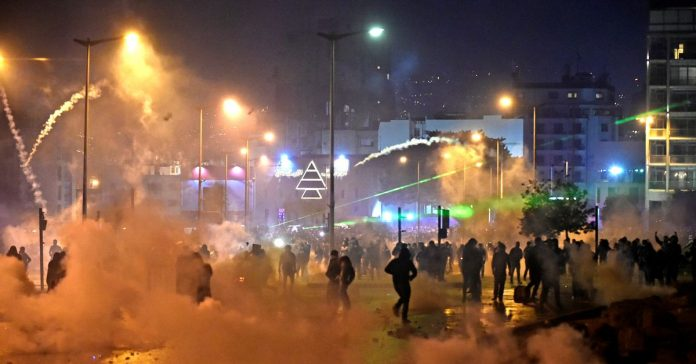 New anti-government protests in Beirut leave more than 300 injured