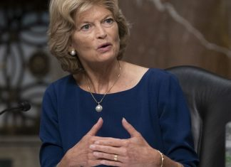 """Lisa Murkowski says she might leave the GOP — but """"absolutely"""" won't join the Democrats"""